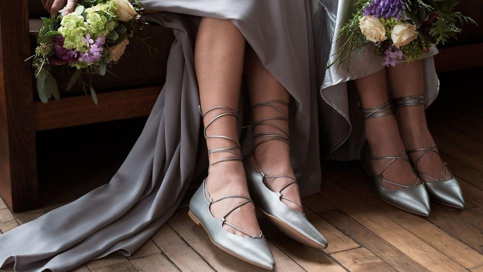 42201acd6493 «Τι παπούτσια να φορέσω σε έναν καλοκαιρινό γάμο σε κτήμα ». Ο Στάθης  Σαμαντάς απαντάει   Fashion   Woman TOC