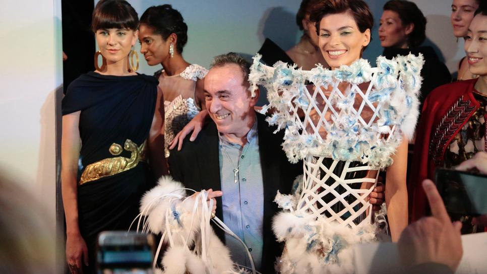 162c90da68ce Ο Έλληνας σχεδιαστής που «έπαιξε» Ψαραντώνη στα σαλόνια της Υψηλής Ραπτικής  στο Παρίσι   Made in Greece   Woman TOC