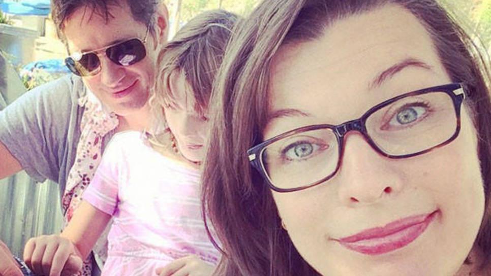 Χαρούμενη με τις δύο κόρες της και το νέο της κούρεμα