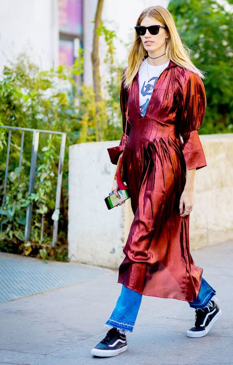 05933902b6ed To μεταξωτό φόρεμα φορεμένο πάνω από τζιν παντελόνι είναι από μόνος του  ένας αντισυμβατικός συνδυασμός και αναδεικνύεται ακόμα περισσότερο με ένα  sneaker ...