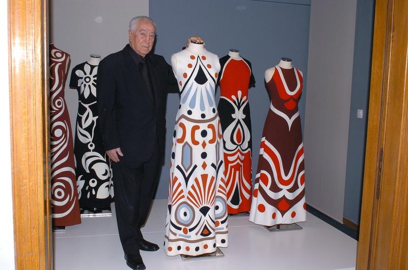 ... της εκδήλωσης) Ο Κώστας Μαυρόπουλος με ιστορικές δημιουργίες του οίκου  που δώρισε στο ΠΛΙ 28a587172c9