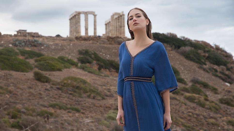 a36635a51e98 Τα ρούχα Hitonas αγαπούν την Ελλάδα και το βροντοφωνάζουν με τον πιο  στιλάτο τρόπο   Made in Greece   Woman TOC
