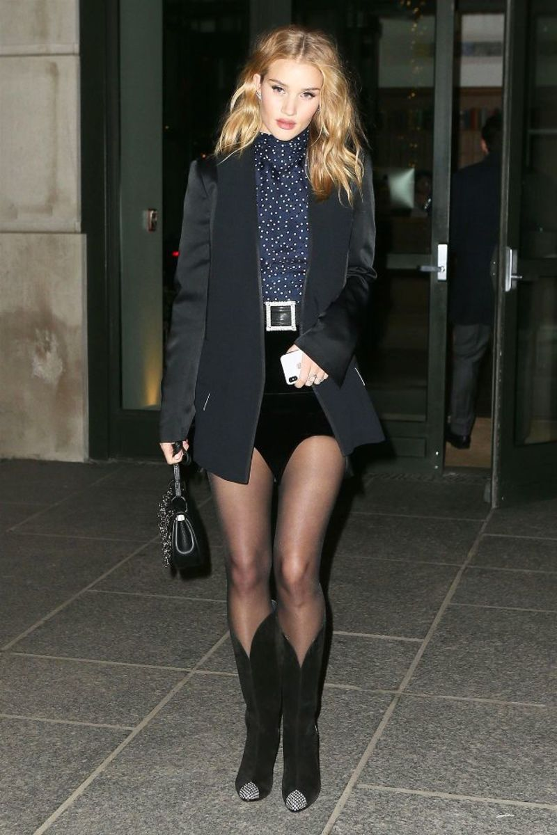 a9a0d7a3a9d Η Rosie Huntington-Whiteley με Givenchy Snake-Effect Leather-Trimmed Suede  Knee Boots ($1650) και μίνι