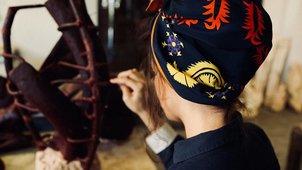 24952b59c559 Ο Βασίλης Ζούλιας και ο Περικλής Κονδυλάτος έντυσαν την Mindy Kaling ...