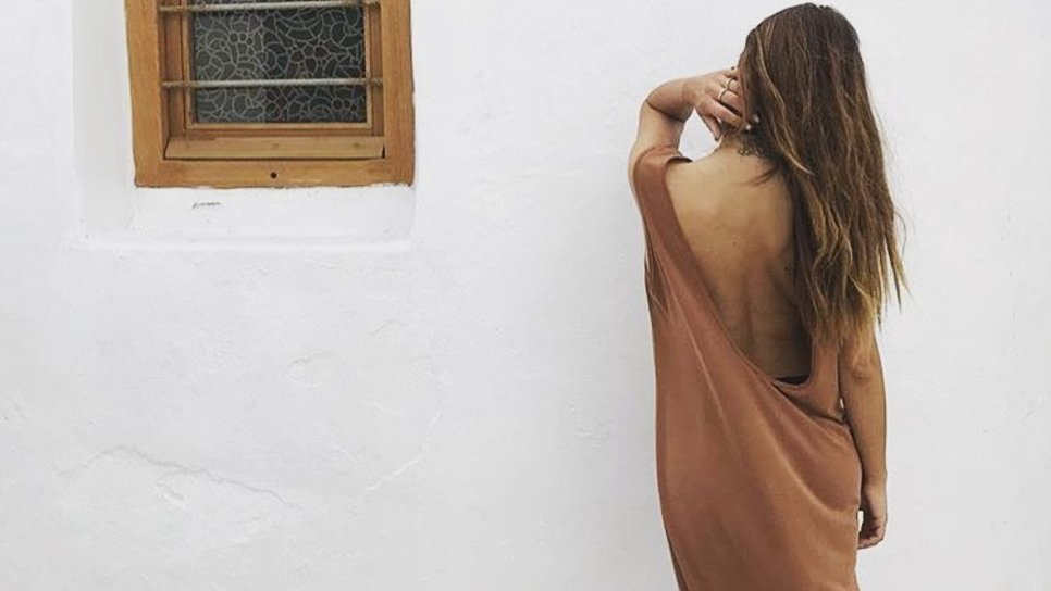 5e8614ecbd30 Βρήκαμε τα ρούχα με τα οποία θα περπατήσουμε όλο το καλοκαίρι στα νησιά    Made in Greece   Woman TOC