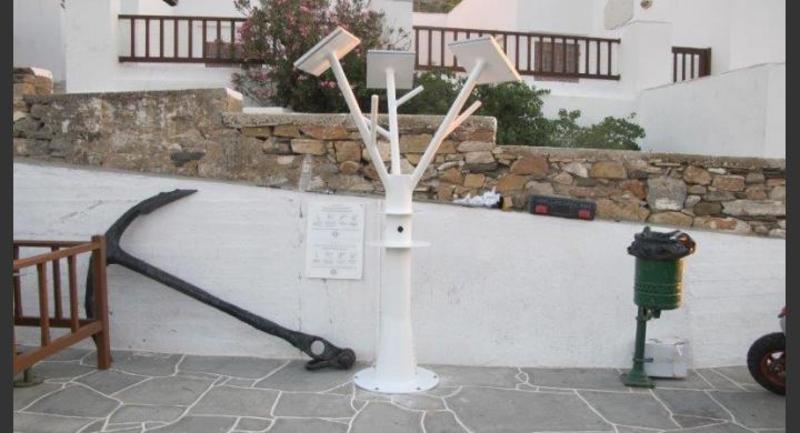 Ένα πρωτότυπο δέντρο στο λιμανι της Σίφνου