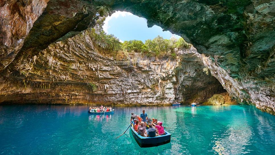 Το μαγικό ελληνικό σπήλαιο με την εσωτερική λίμνη