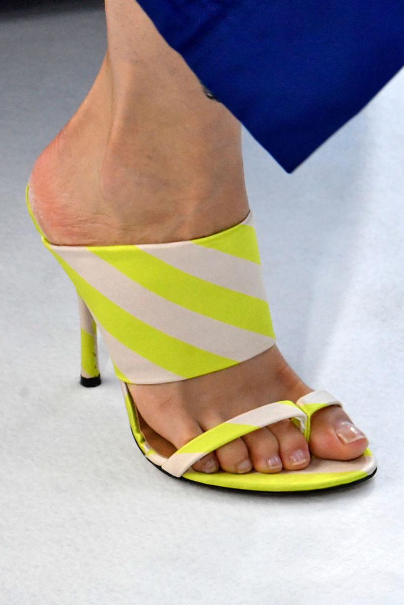 H περίεργη τάση στα παπούτσια που θα φοράμε φανατικά!