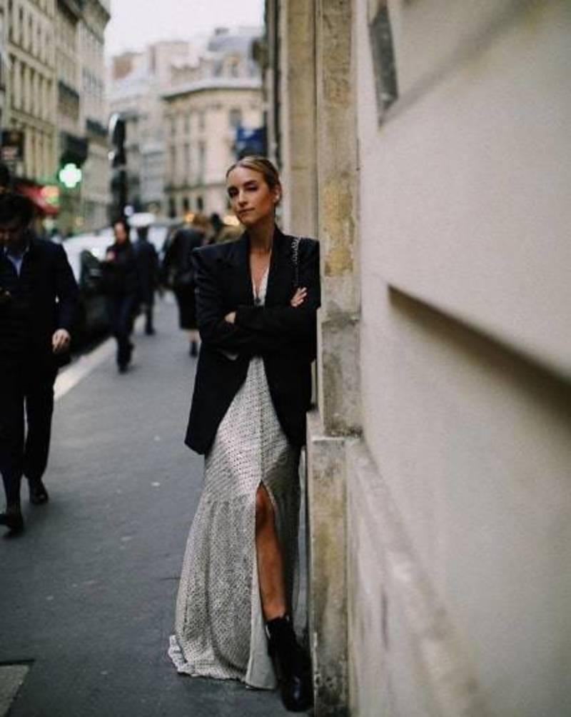 ... Μακρύ σατέν φόρεμα με μαύρο αντρικό σακάκι   PHOTO   THEFASHIONGUITAR 1a15f63e733