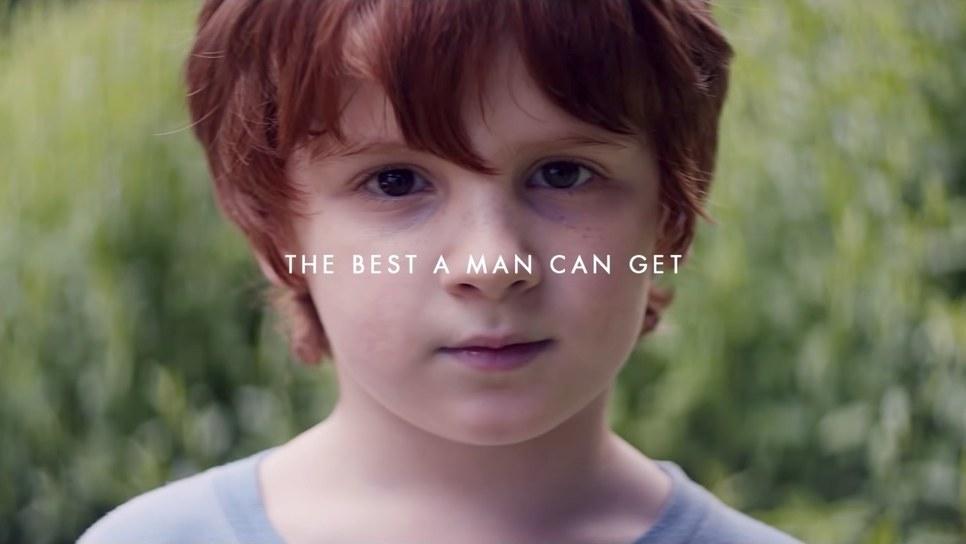 Oι γονείς κλαίνε με τη νέα διαφήμιση της Gilette