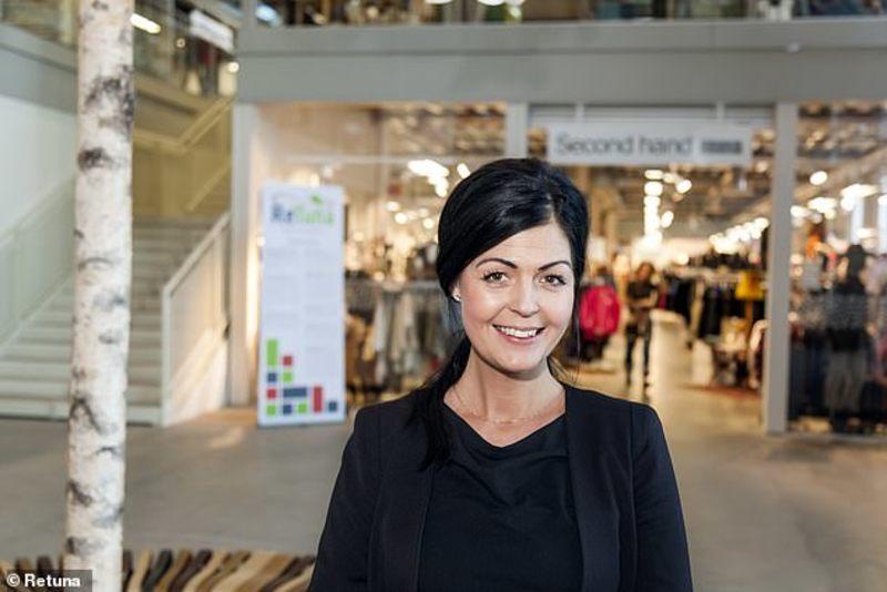 49b2cbb9b70 H μάνατζερ του εμπορικού κέντρου, Anna Bergstrom, έχει περάσει αρκετά  χρόνια δουλεύοντας σε μεγάλες αλυσίδες μόδας.