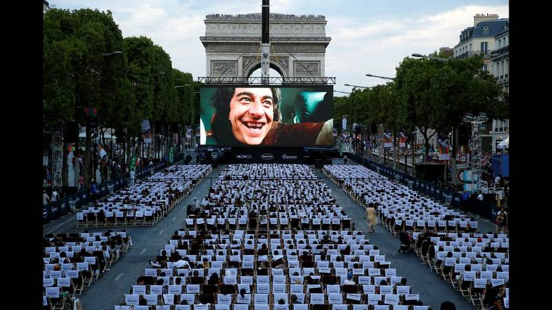 Το ομορφότερο θερινό σινεμά στον κόσμο στήθηκε στη Σανς Ελιζέ στο Παρίσι. Απίθανες εικόνες