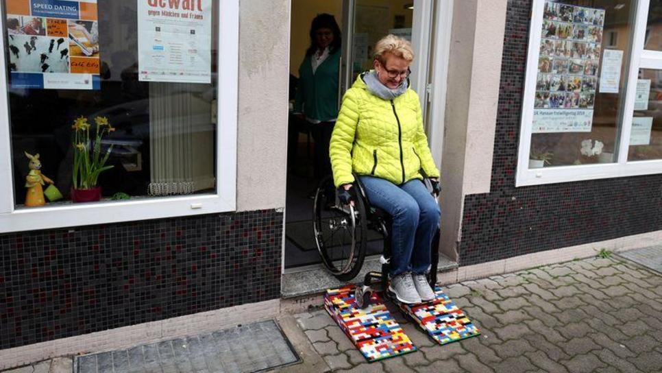Η 62χρονη που κατασκευάζει μόνη της ράμπες αναπήρων