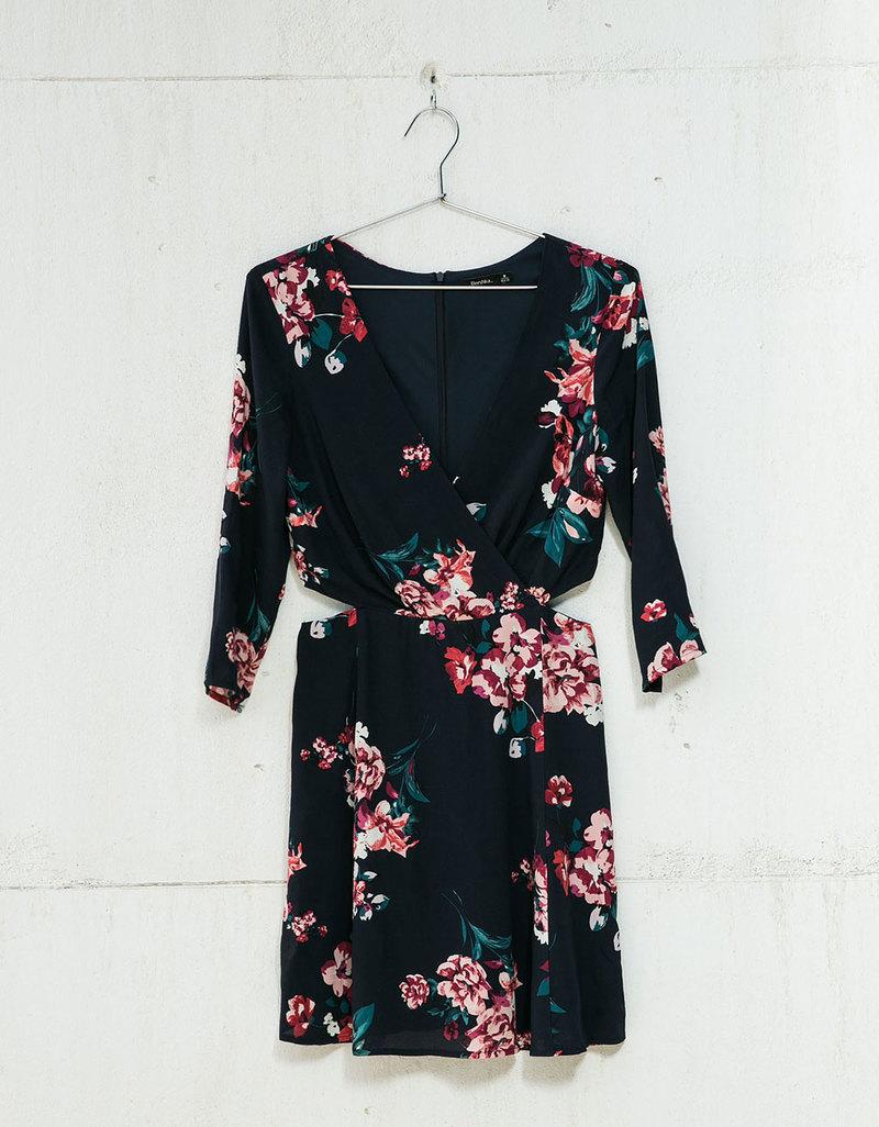 Σαν να μπαίνει η Άνοιξη  Βρήκαμε τα 10 ωραιότερα floral φορέματα της ... 2678ef6f833