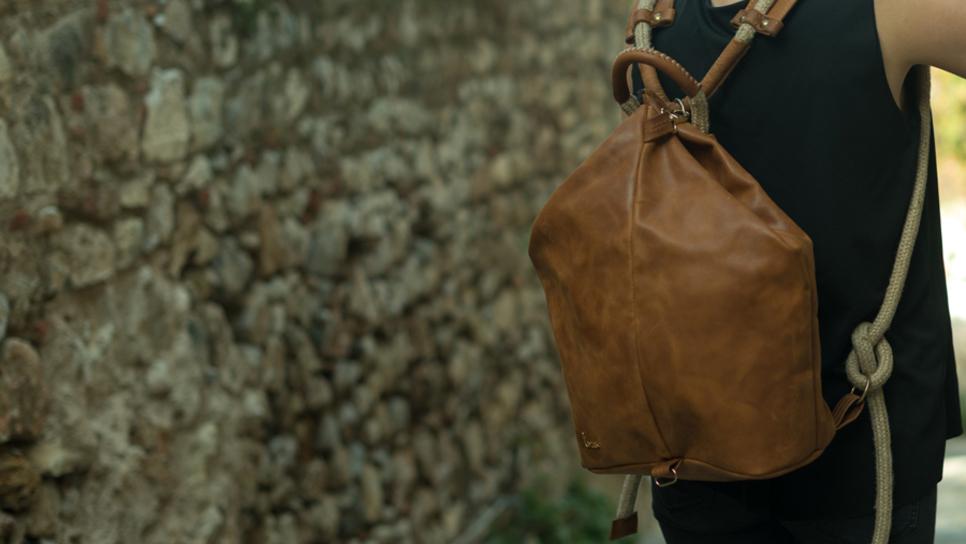 e2758d87fd Οι χειροποίητες δερμάτινες τσάντες Larou και η ακαταμάχητη γοητεία του  antique look   Made in Greece   Woman TOC