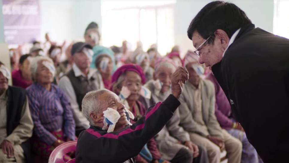 Έχει αποκαταστήσει την όραση 130.000 άπορων ασθενών