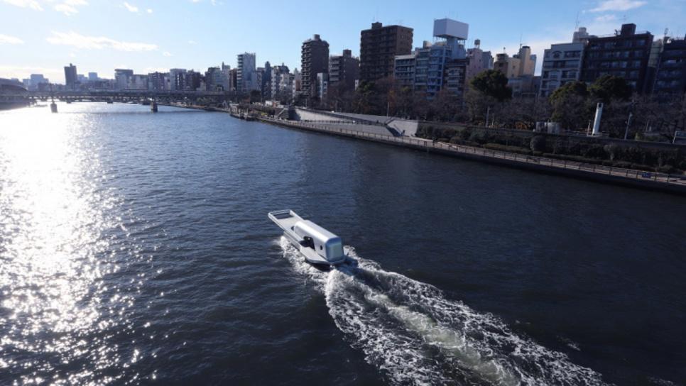Πλοίο σε σχήμα φερμουάρ «ξεκουμπώνει» ποταμό