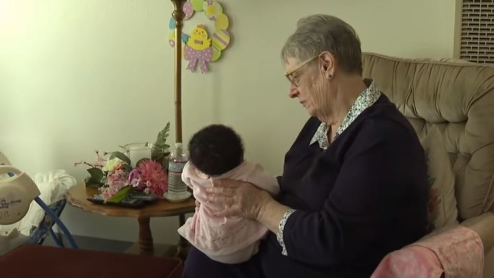 78χρονη ανάδοχη μητέρα έχει φροντίσει 81 παιδιά