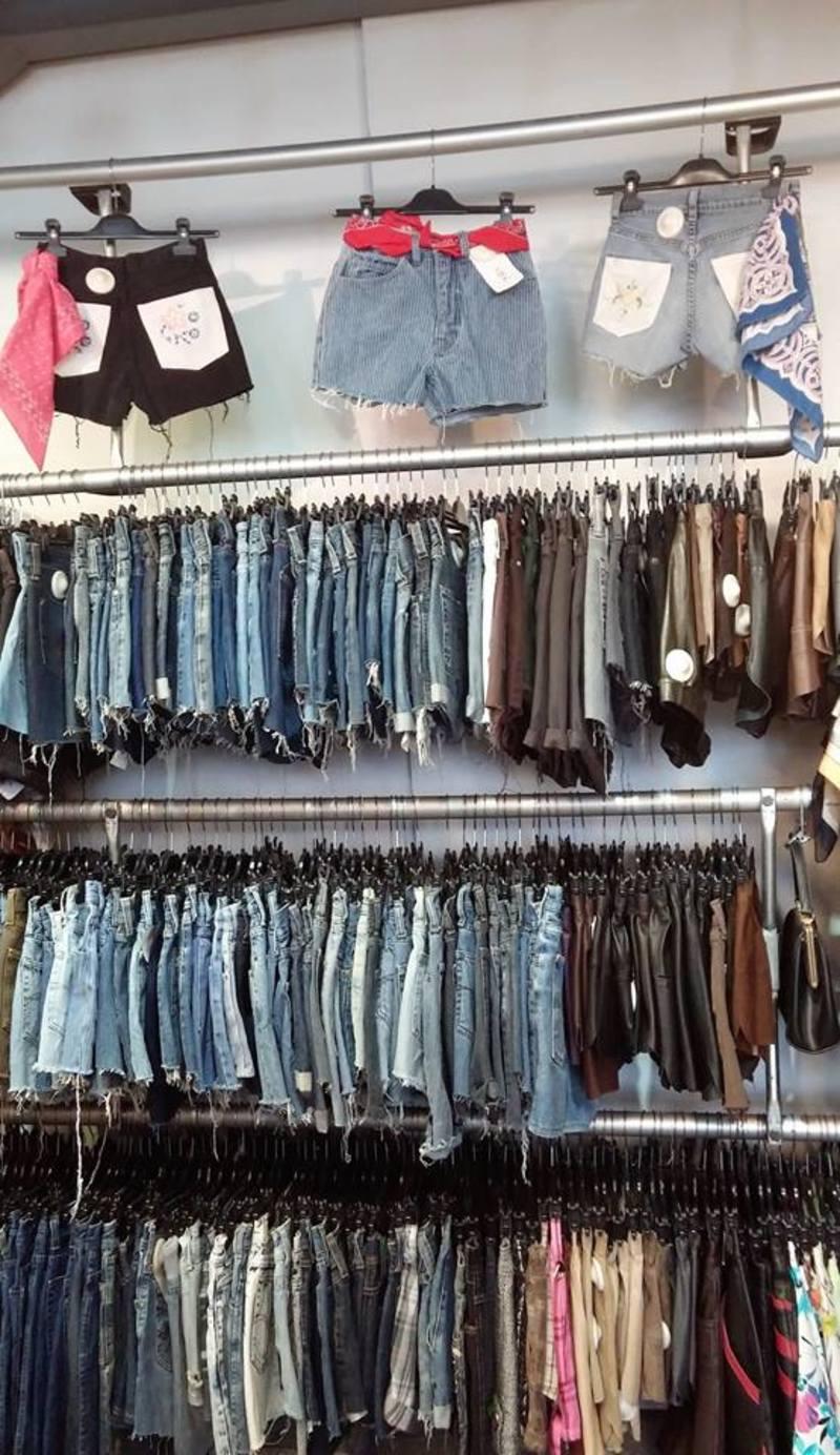 Ο παράδεισος των αμετανόητων φανατικών του κομμένου τζιν είναι το Kilo  Shop. TAGS. vintage Levi s τζιν 13b68629a17