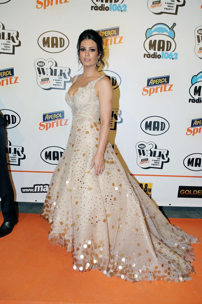 a0c2fbe74448 Τι φόρεσαν οι celebrities στο Madwalk 2016  Δείτε όλες τις ...