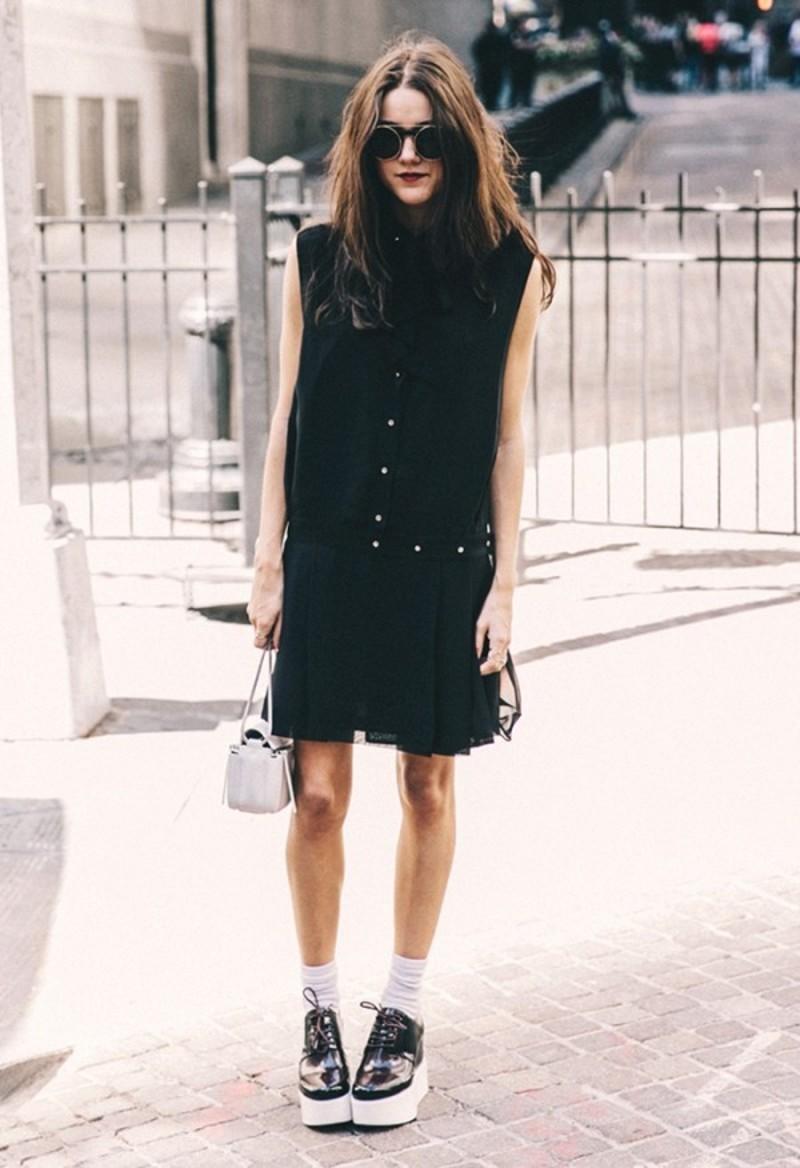 Μαύρο φόρεμα με γιακά και πιέτες συνδυασμένο με δετά παπούτσια πλατφόρμες  και άσπρες κάλτσες. Key piece  H άσπρη μίνι τσάντα. 6ef06f39a42