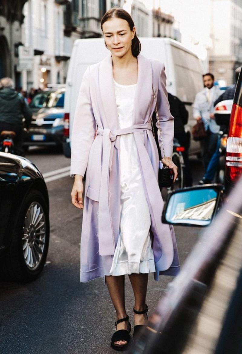 Μοβ ανοιξιάτικο παλτό συνδυασμένο με λευκό φόρεμα και μαύρα σανδάλια με  χοντρό τακούνι. Key piece  H box μίνι τσάντα με την αλυσίδα. 0fc83bea51c