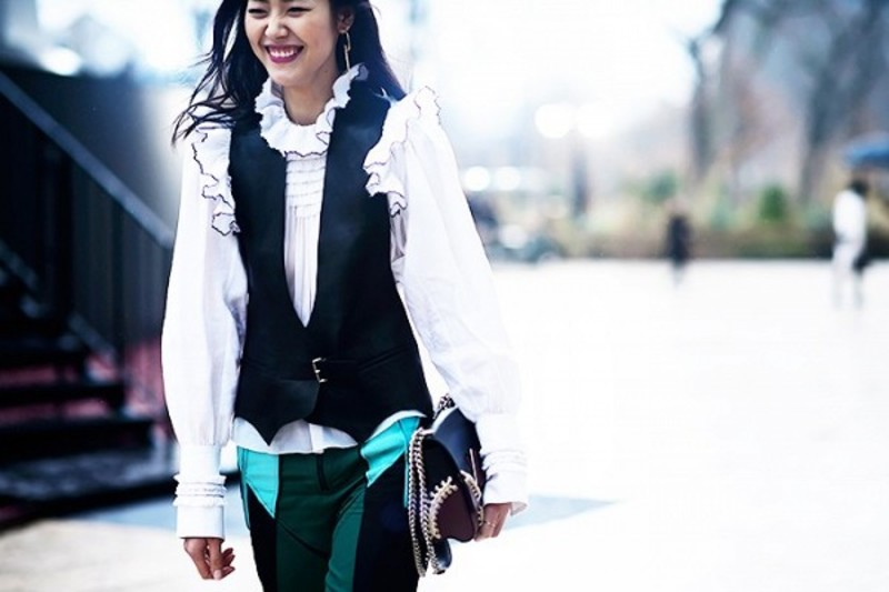 0490694c90bc Patchwork παντελόνι συνδυασμένο με λευκό πουκάμισο με βολάν και γιλέκο. Key  piece  η patchwork δερμάτινη τσάντα.