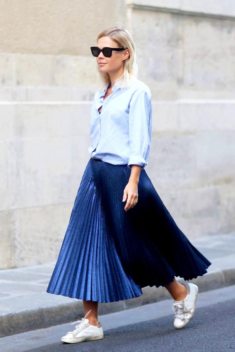 Μεταλλική πλισέ midi φούστα συνδυασμένη με γαλάζιο πουκάμισο και άσπρα  sneakers  532b3f99447