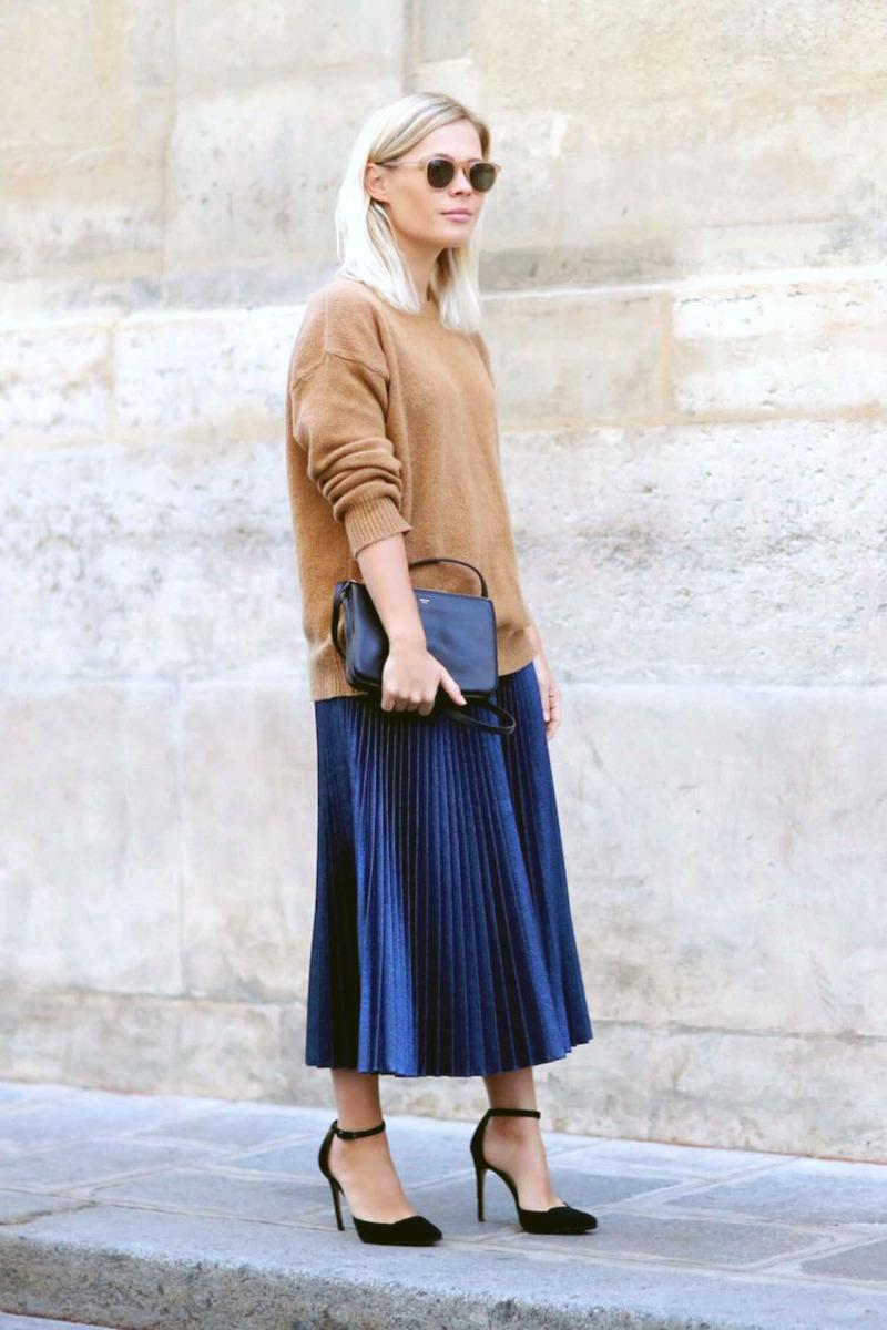 Μεταλλική midi φούστα συνδυασμένη με καμιλό κασμίρ πουλόβερ και μαύρα  αξεσουάρ (καστόρινες γόβες 8e155dfbe62