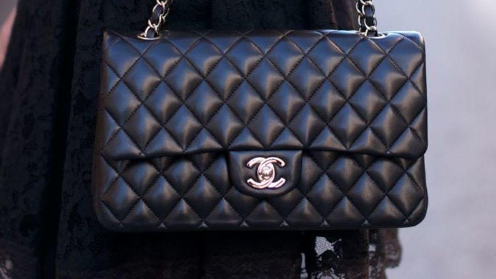 c837fe6979 Γιατί κερδίζεις πάντα αγοράζοντας μια Chanel τσάντα   Fashion   Woman TOC