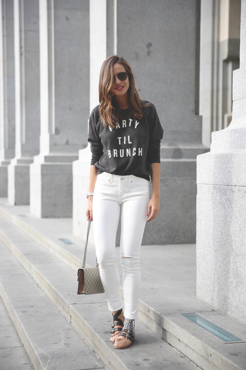 5d4992e6d222 Άσπρο στενό τζιν με σκίσιμο, μαύρο φούτερ με άσπρα γράμματα, μπαλαρίνες Miu  Miu και Gucci τσάντα με σχέδια.