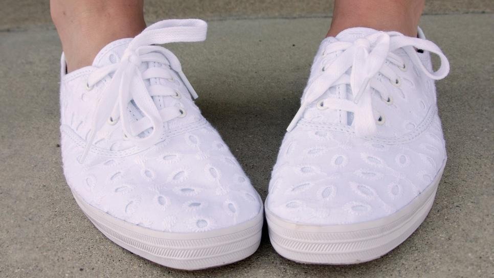 30beb9f9f6a To απλό κόλπο που κάνει ολοκαινούργια τα βρόμικα λευκά αθλητικά σου / Life  / Woman TOC