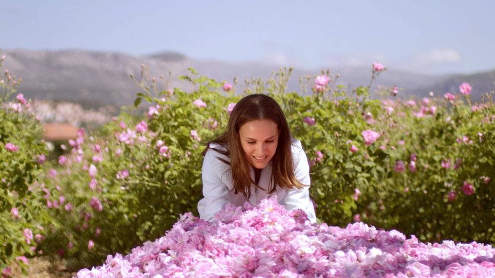 Η Natalie Portman μαζεύει λουλούδια για τα αρώματα Dior