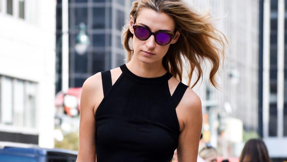 182d8e3dbb9f 5 πανέξυπνα τρικ για να απογειώσεις το απλό, μαύρο φόρεμα / Fashion / Woman  TOC