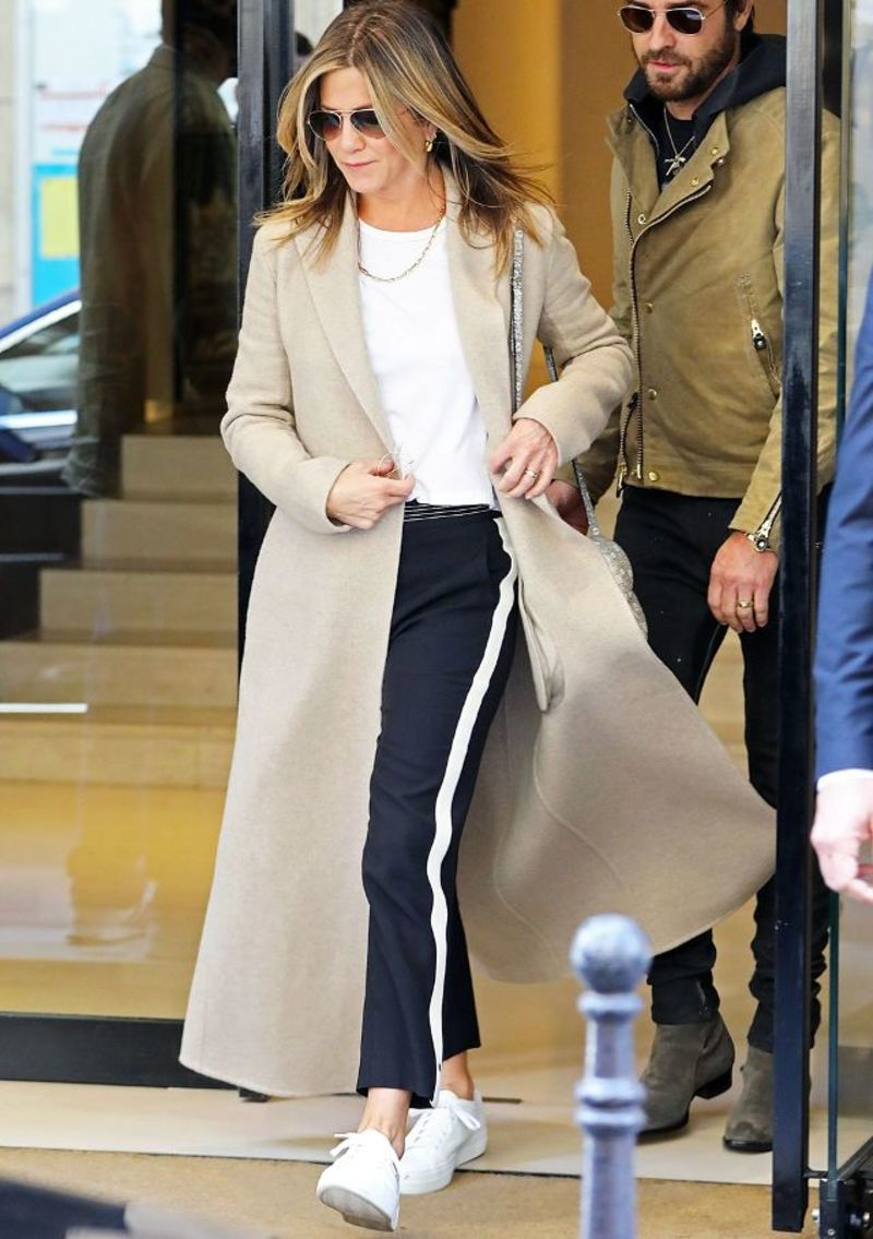 Η Jennifer Aniston με παντελόνι Chloé με ρίγα στο πλάι 1250 δολάρια) και τα  πάνινα b440b0783b9